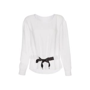 Feierliche Look: weiße Bluse mit Schleife